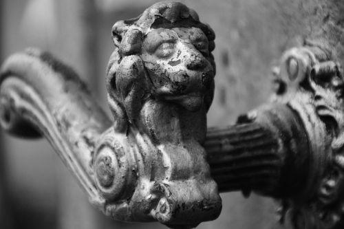 liūto galvą,durų rankena,juoda balta,metalas,durys,ornamentas,montavimas,metaliniai vartai,įvestis,rankena,senas,tikslas,durų rankena,Uždaryti
