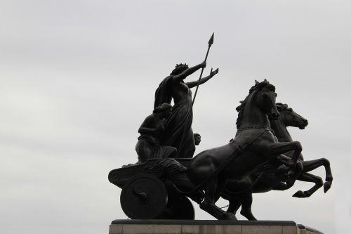 london palace statue