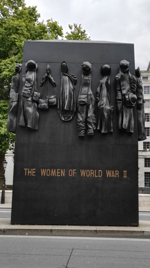london monument women