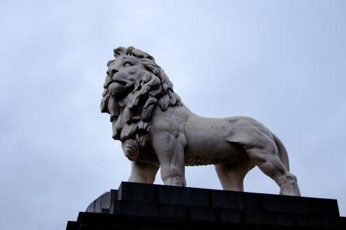 london leon statue