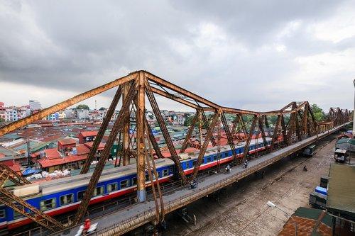 long bien bridge  hanoi  vietnam