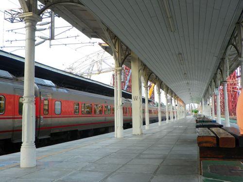 long gallery train wait