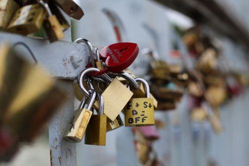 love lock art bridge
