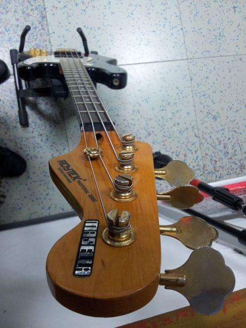 low mechanics bassist
