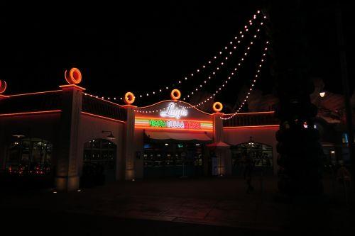 Luigi padangos,Disneilendas,lenktynininkai,neonas,ženklas,gatvė,naktis,šviesa