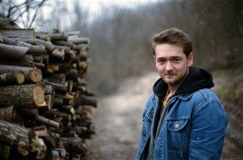 mediena,jaunas vyras,Patinas,vyras,mediena,jaunas,žygiai,gyvenimo būdas,gražus jaunas žmogus,stovintis,vaikinas,patrauklus,miškas,kelias
