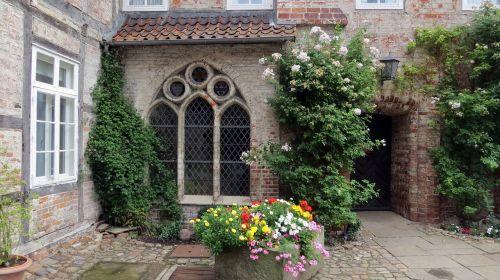lüne lüneburg floral courtyard