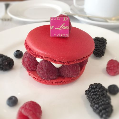 macaroons suites red
