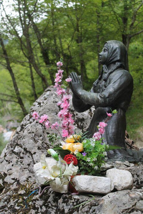 madonna dell'ambro prayer statue
