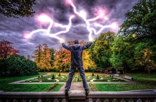 vyras,galia,elektra,stiprus žmogus,sveikas,sportininkas,jėga,žaibas,hdr,parkas,ruduo,kritimas,sveiki žmonės,jaunas,asmuo,sveikas žmogus,bėgimas,laimėti,sėkmė,kumščiai,didinti ginklus,užkariauti,dangus,debesys,tamsi,jėga,dabartinis
