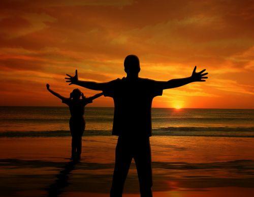 vyras,vaikas,mergaitė,saulėlydis,jūra,papludimys,džiaugsmas,vandenynas,banga,sėkmė,laimingas,svajones,siluetai,asmuo,išleistos rankos,būti tiesa
