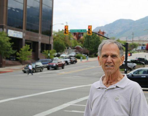 vyras,asmuo,senas,lauke,gatvė,eismas,sankryža,lauke,miestas,lauke,vasara,centro,veidas,senyvo amžiaus,vyresnysis,amžius