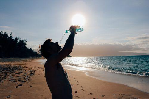 vyras,Patinas,gerti,vanduo,papludimys,vandenynas,karštas,diena,vasara,saulė,mėlynas,smėlis,Hawaii,maui,ištroškęs,gerti