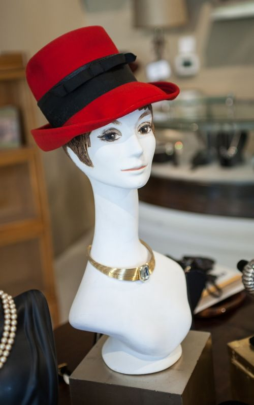Manekenas,skrybėlę,biustas,karoliai,auksas,raudona,veltinis,stilius,Moteris,mada,elegancija,Lady,aksesuaras,glamoras,veidas,mažmeninė,apranga,drabužiai,laikyti,laikyti priekyje,dėvėti