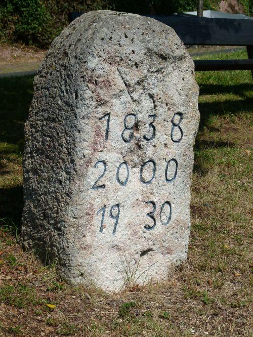 žymeklio akmuo,datas,data,akmuo,žymeklis,senas,raižyti,amžius,ištemptas