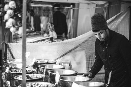 turgus,turgus,gatvės pardavėjai,maistas,vaikinas,vyras,žmonės,gyvenimo būdas