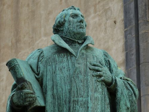 martin luther protestant statue