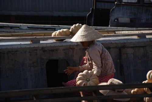 mekong floating market vietnam