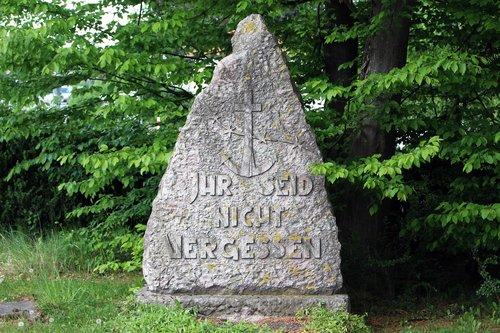 memory  commemorate  stone
