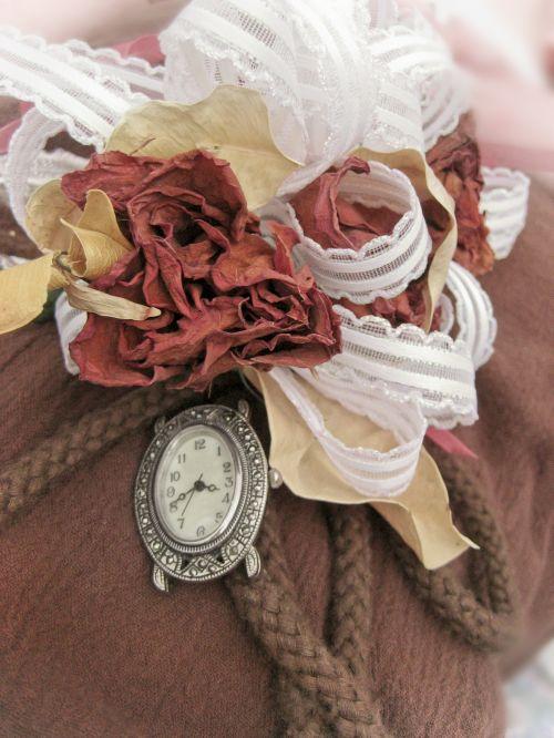 gėlė, rožė, džiovintas, išblukęs, žiedlapis, korsažas, laikrodis, žiūrėti, atmintis, atsiminimai, praeitis, laikas, Prisiminti, sentimentalus, amžius, šokis, Prom, praeitis, prieš, jaunimas, jaunesnis, senėjimas, paminklas, atmintis