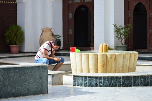 men pray water