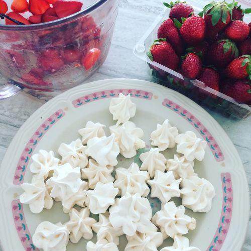 meringue strawberries dessert