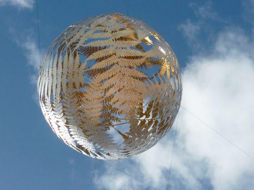 metalo menas,sidabras papartis,Wellington,Naujoji Zelandija,skulptūra,metalas,dizainas,orientyras,kelionė,šiuolaikiška,miestas,turizmas,plienas,dekoruoti,statula,rutulys,metalinis rutulys,plieninis rutulys,papartis,nuotraukos