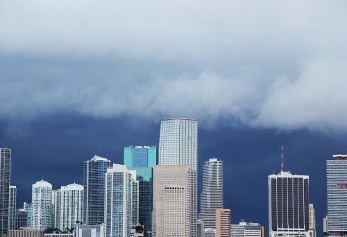 miami-skyline anrollendes storm clouds