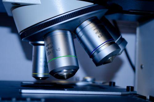 skaidrių, tyrimai, Iš arti, testas, eksperimentas, mikro mikroskopija, plokštė, patikrinimas, medicinos, įrankis, raudona, pavyzdys, studijuoti, laboratorija, biotechnologija, šviesa, atradimas, analizė, technologija, įranga, analitinis, mokslinis, mikroskopas, lašas, objektyvas, mikroskopiniai lęšiai