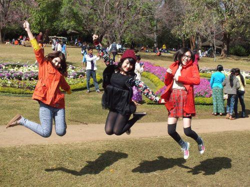 mergaitės,jaunas,šokinėti,linksma,vidurinis oras,sunaikinti,džiaugsmas,džiaugsmas