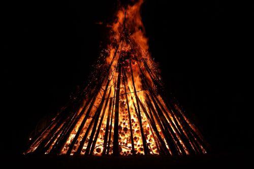 vasaros sezonas,Ugnis,deginti,blaze,liepsna,raudona,geltona,tamsi,naktis,saulėgrįža,st John diena,Jono diena,atminties ugnis,vasaros saulėgrįža,san juano naktis,festivalis,muitinės,evoliucinis,los diena,populiarus tikėjimas,vasaros šventės,prieskoninis ugnis,simbolika,saulė