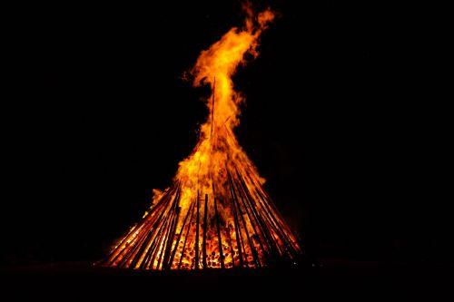 vasaros sezonas,Ugnis,deginti,blaze,liepsna,raudona,geltona,tamsi,naktis,saulėgrįža,st John diena,Jono diena,atminties ugnis,vasaros saulėgrįža,san juano naktis,festivalis,muitinės,evoliucinis,los diena,populiarus tikėjimas,vasaros šventės,prieskoninis ugnis,simbolika,saulė,laidotuvių pyragas