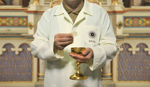 minister  eucharist  catholicism