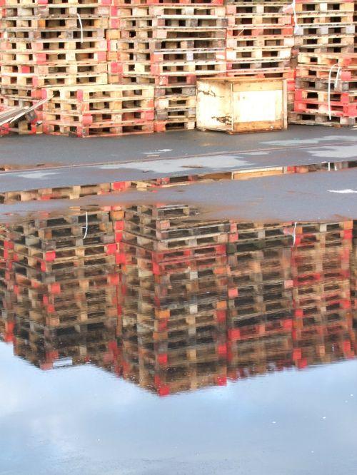 mirroring pallets wood