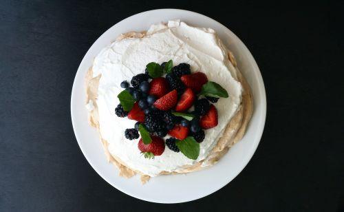 mixed berries pavlova pie