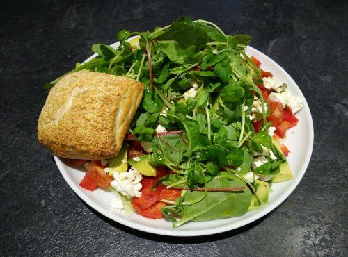 mixed salad sesame seed bun tomato