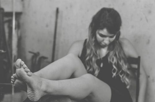 model girl barefooted