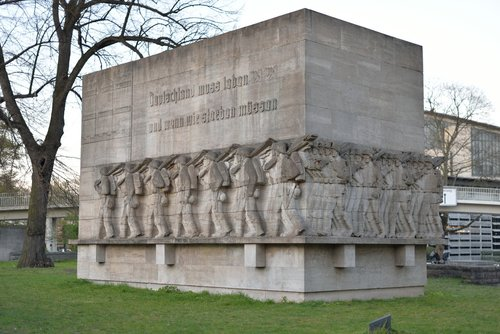 monument  war  soldiers