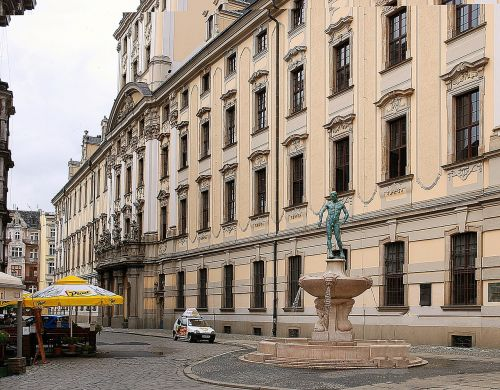 monument fountain fencer