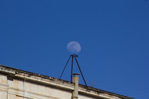 moon  stand  quaint