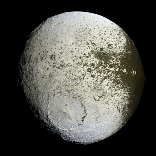 moon saturn iapetus