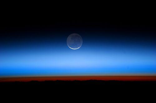 moon horizon atmosphere