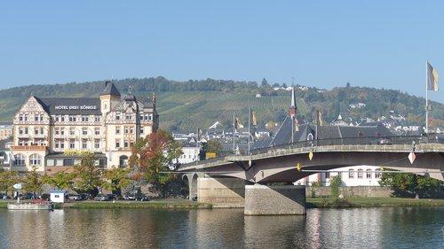 mosel  bernkastel-rues  building a bridge