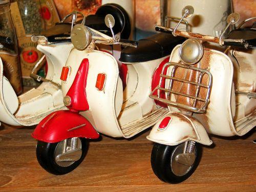 motoroleris,volas,transporto priemonė,motociklas,vespa,mopedas,retro,raudona,kultas,dviračių transporto priemonė,ratas,laisvalaikis,senas,judėjimas,vairai,oldtimer,Wespa,deko,apdaila,dekoratyvinis