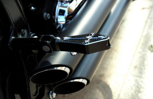 motorcycle hold the foot exhaust