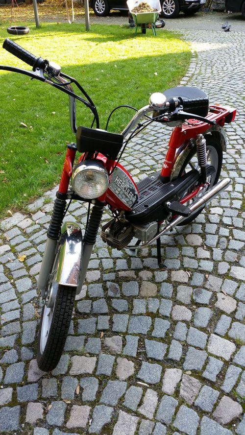 motociklas,mopedas,Hercules,transporto priemonė,dviračių transporto priemonė,transporto priemonė,klasikinis,senas,nostalgija,dviračiai,priekinis ratas,vairai,mopedai