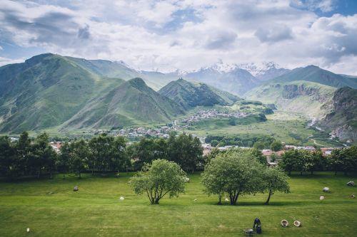 kalnas kazbekas,kraštovaizdis,baltas debesys,Gruzija,kalnų kaimas,kraštovaizdis