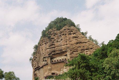 mountai  grotto  buddha statues