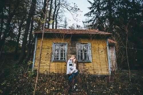 mountain couple hugs