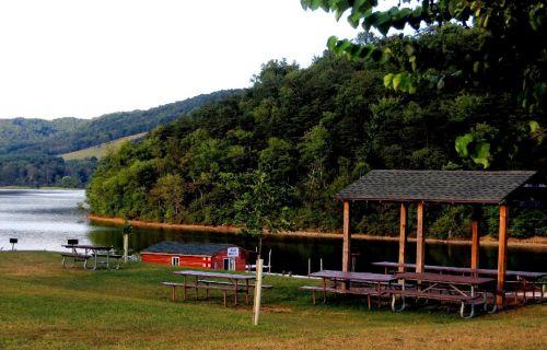 iškylai, stalai, kalnas, kalvos, ežeras, vaizdingas, gražus, ramus, gamta, parkas, kaimas, kaimiškas, Maryland, žalias, saulėtas, ramus, stovyklavietė, uolingas & nbsp, tarpas, kalnų ežero iškylos zona